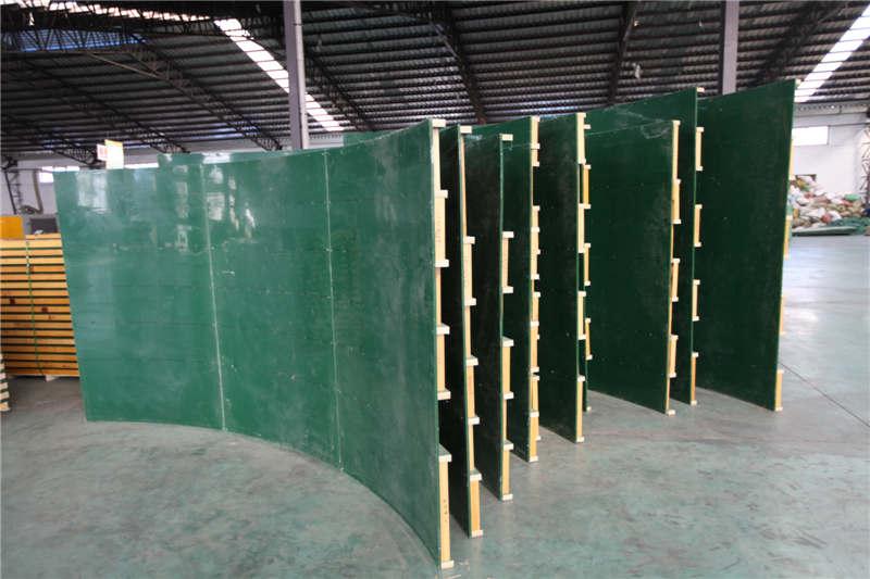 量身定做特殊造型的柱体,代替传统模板施工中钢模的使用 创新弧形模板,是继圆模方模之后的又一创举,异型施工的福祉 弧形模板是木制圆模板基础上设计研发出来的,并充分结合新型方柱模板的结构造特性。 在复杂的弧形柱体打造中突出自身安装简便快捷性和灵活性,一经推出在建筑模板市场领域受到普遍的认可。 弧形模板主要突出其在复杂的、大型的工程建设中的优势,省时省料的完成不规则柱体的一系列浇筑。  异型模板产品安装优势 弧形模板有效的解决了大型工程中不规则柱体的浇筑成型问题,开创了建筑弧形模板应用的先河。 吸收两者的